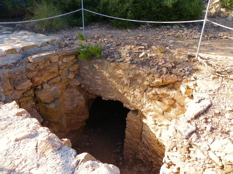 entrada a un antiaereo en la sierra y cabo de santa pola