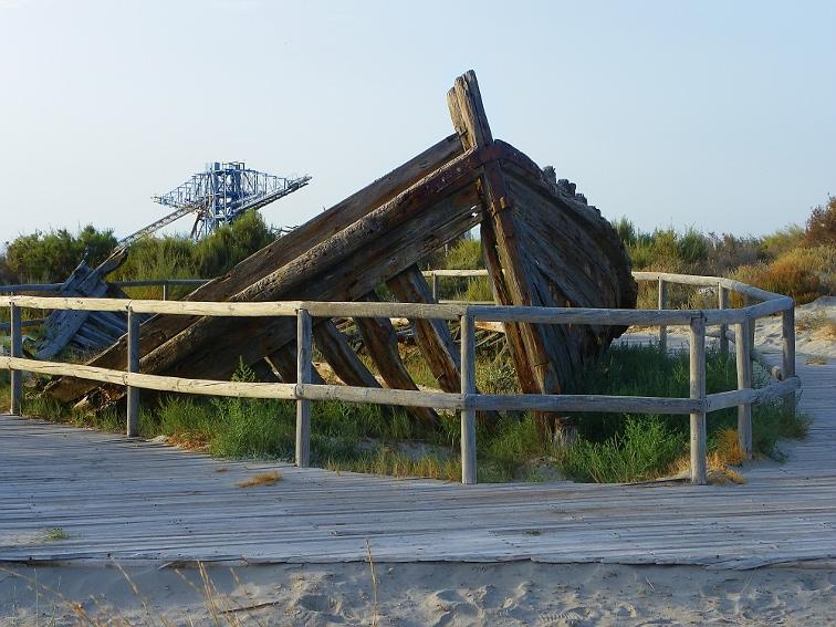 gabarra salinera en la playa de la gola en santa pola