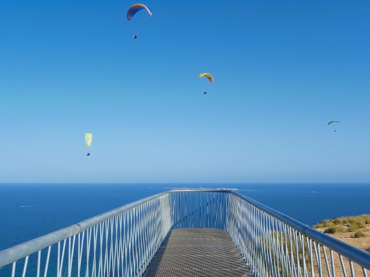 mirador pasarela flotante en el cabo de santa pola con vistas a la isla de tabarca
