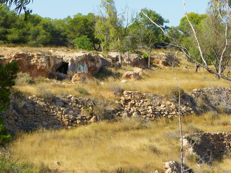 restos de paredes de roca y pequeña cueva situados en la fulla rotja en la sierra de santa pola