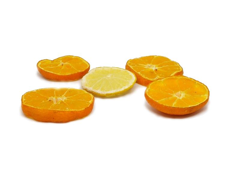 frutas citricas mandarina y limon en rebanadas para hacer centro de mesa aromatico