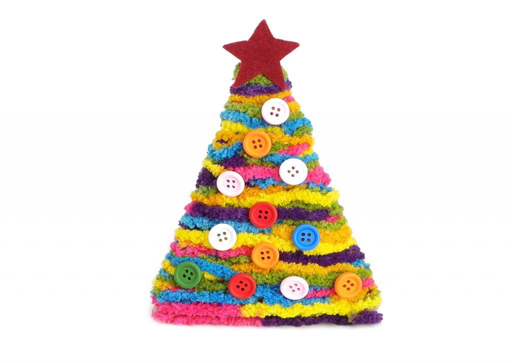 arbol de navidad hecho con lana de colores y adornado con botones y estrella de fieltro