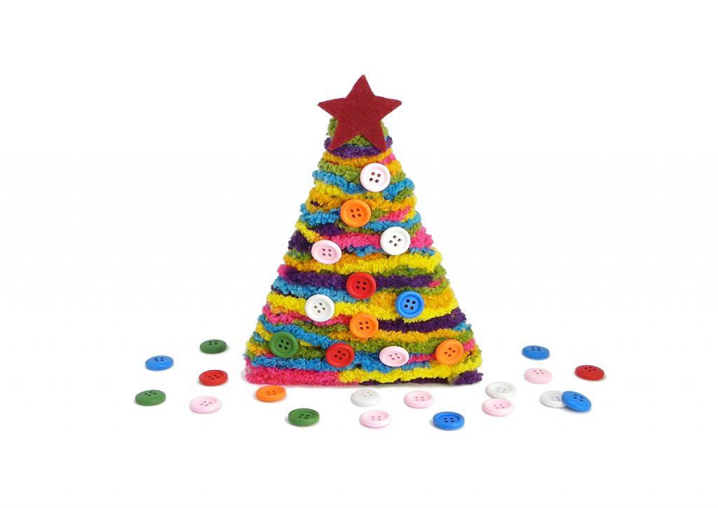 adorno navideño arbol de navidad hecho con palos redondos, lana de colores, botones para decorar y fieltro
