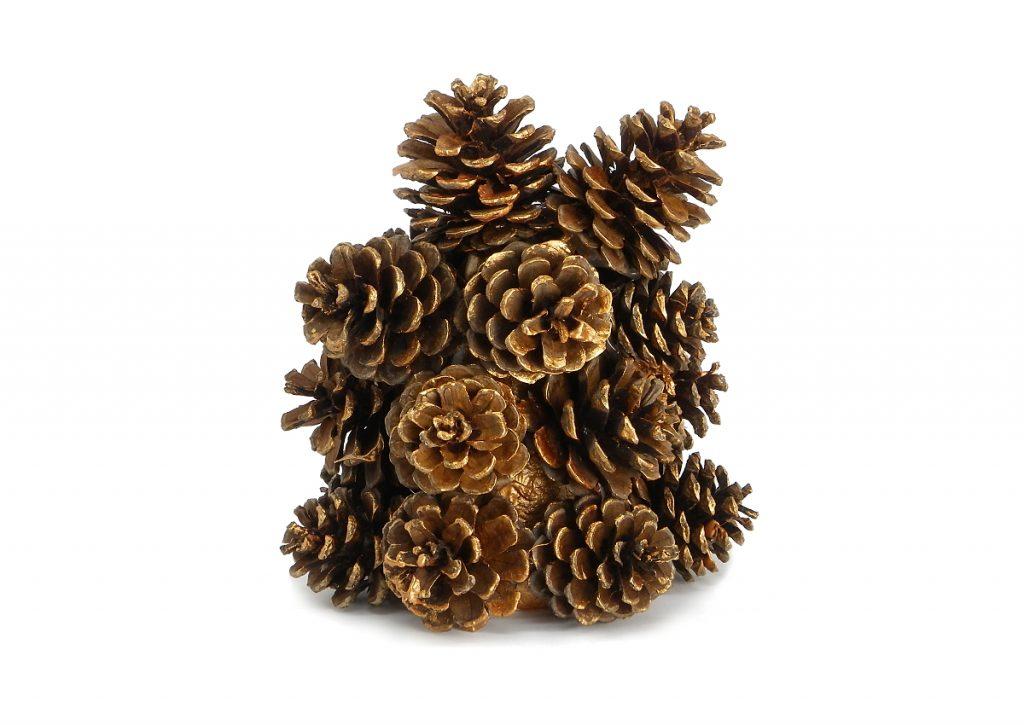 cono de poliestireno cubierto por piñas pequeñas para centro de mesa de navidad