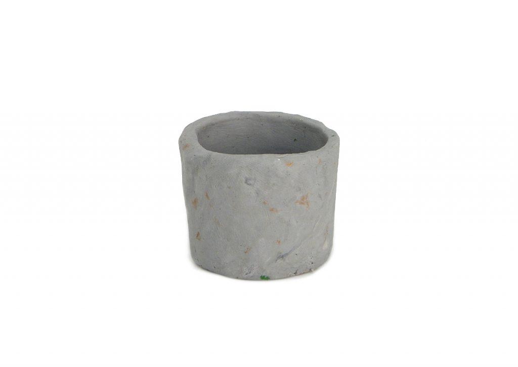 entubado para el pozo en miniatura hecho con plastilina de color gris