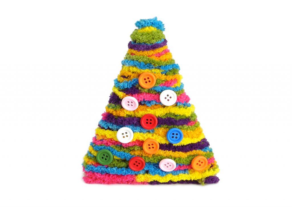 estructura del arbol de navidad decorada con lana de colores y botones de colores