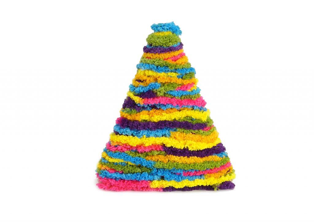 estructura del arbol de navidad envuelta por completo con lana de colores