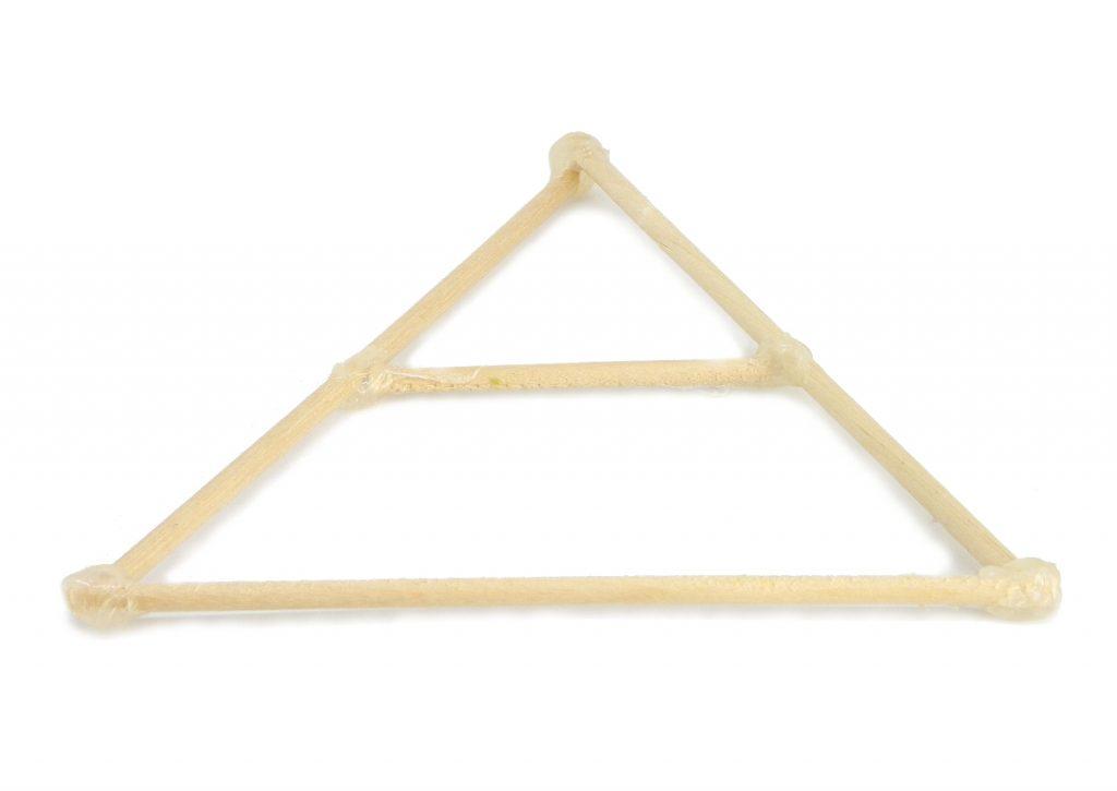 estructura para el arbol de navidad hecha con palos redondos