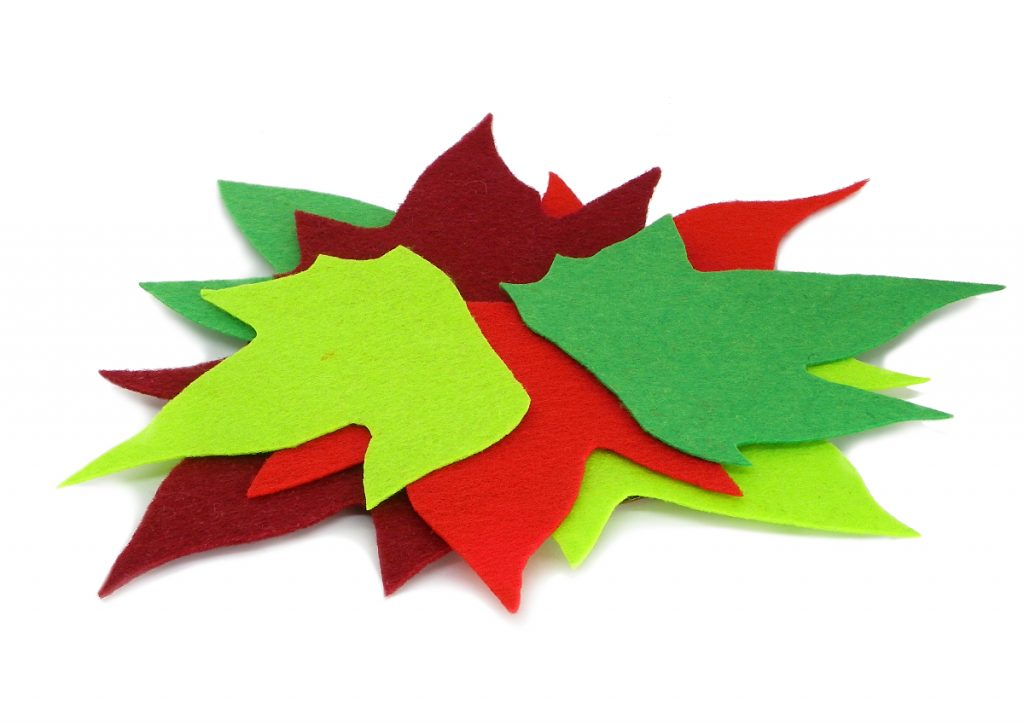 hojas caducas hechas con fieltro para adornar centro de mesa de navidad
