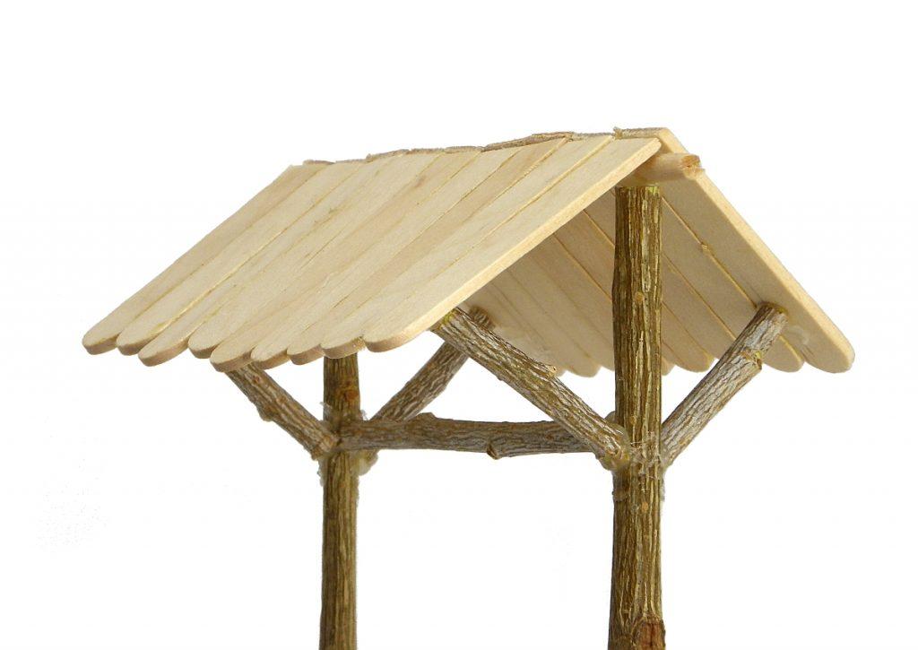tejadillo del pozo en miniatura hecho con ramas secas y palos planos