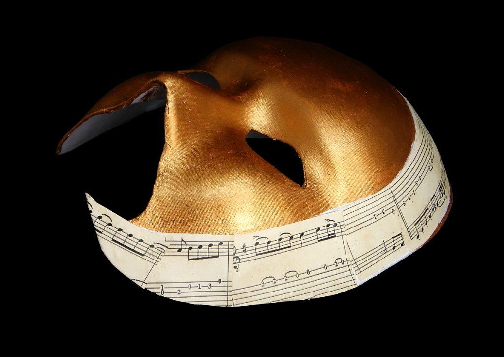 decoracion de la mascara veneciana con collage de partitura