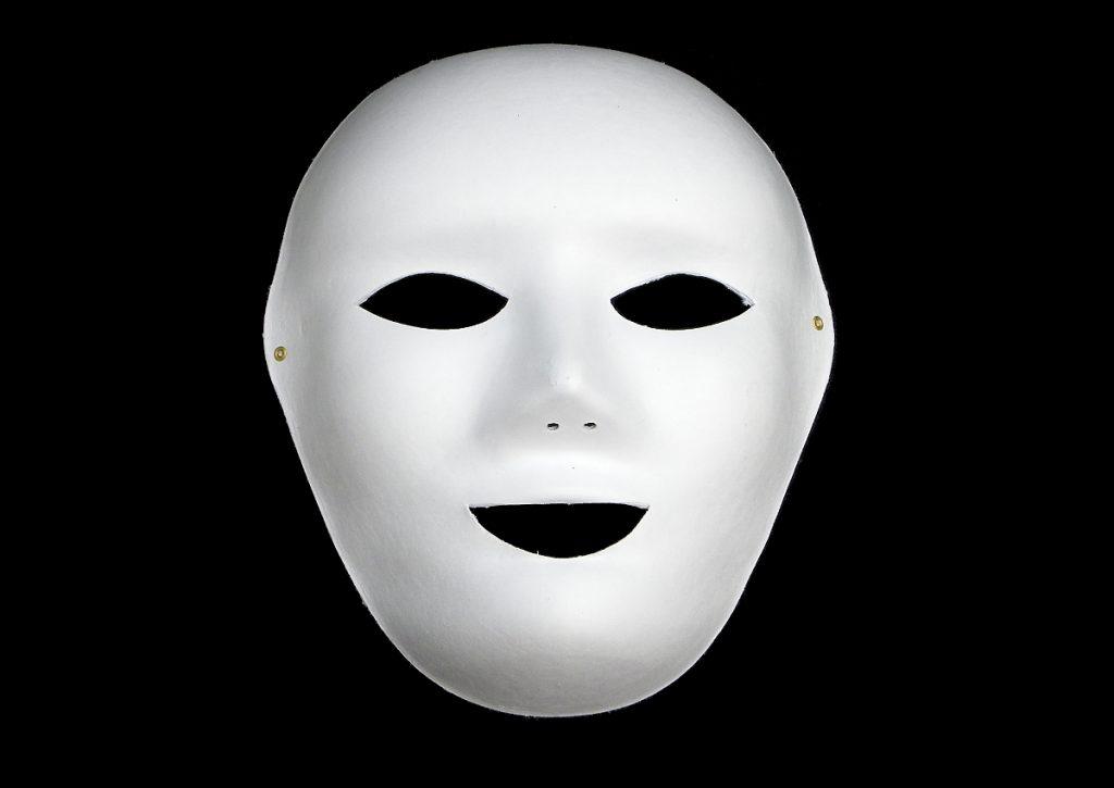 mascara en blanco hecha de pasta de papel