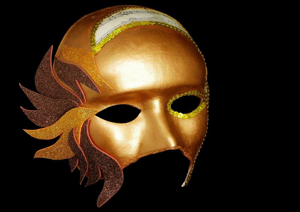 vista lateral de la mascara veneciana para el disfraz de carnaval