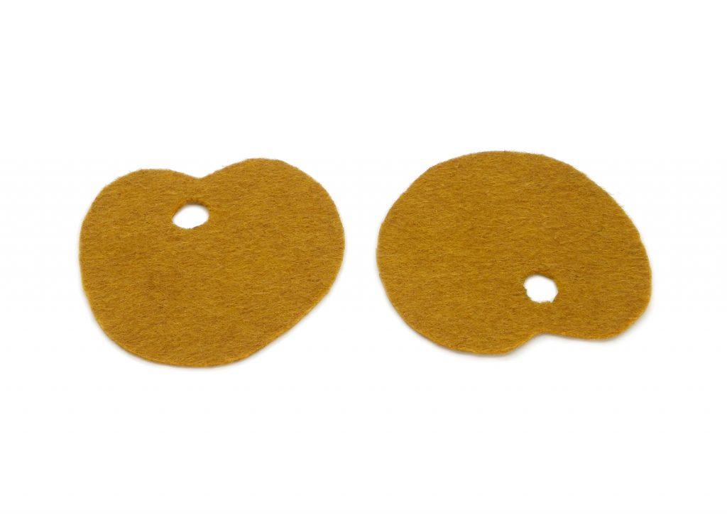 dos piezas de fieltro color marron con la forma de una paleta de pintor