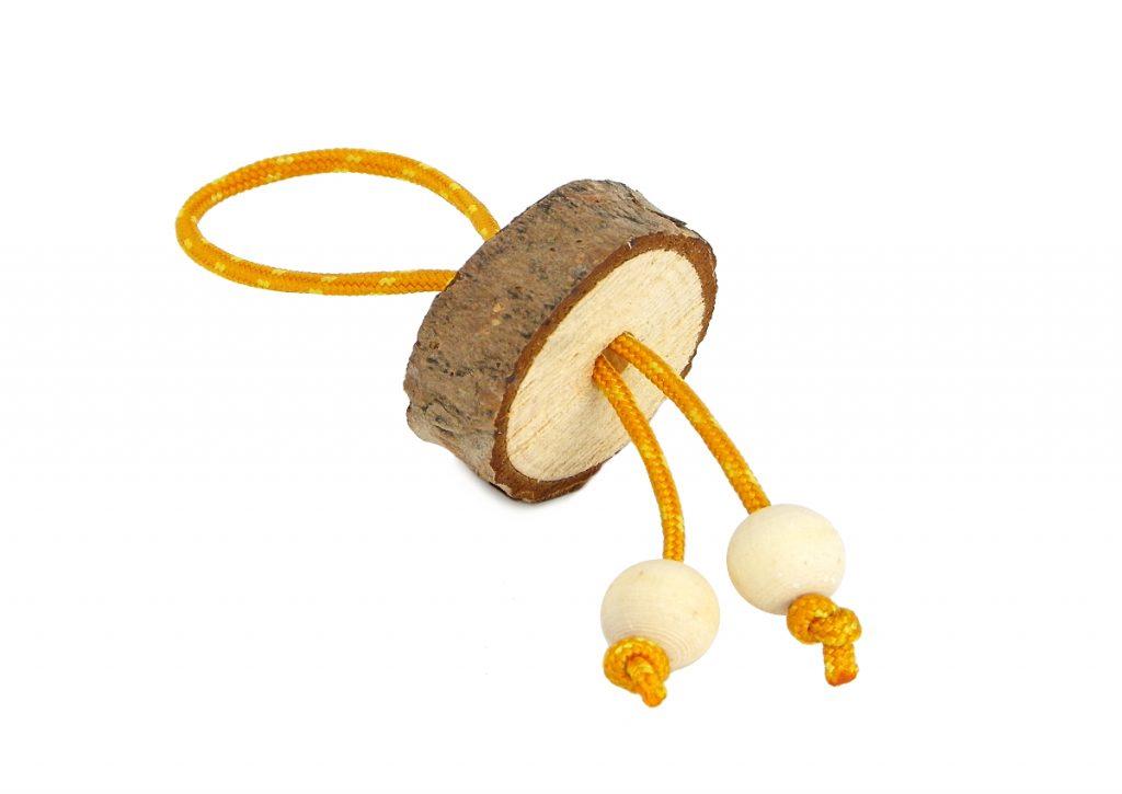 llavero de madera hecho con una rodaja de madera de pino y cuerda