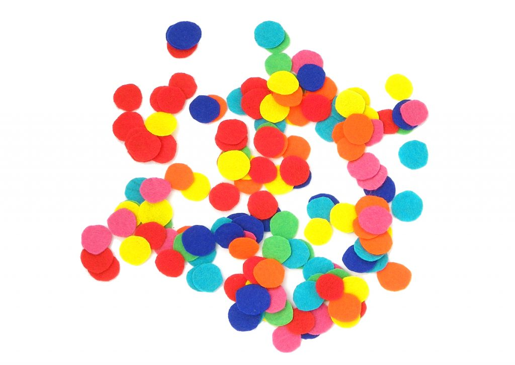 circulos de fieltro de colores para hacer cuadro de arcoiris