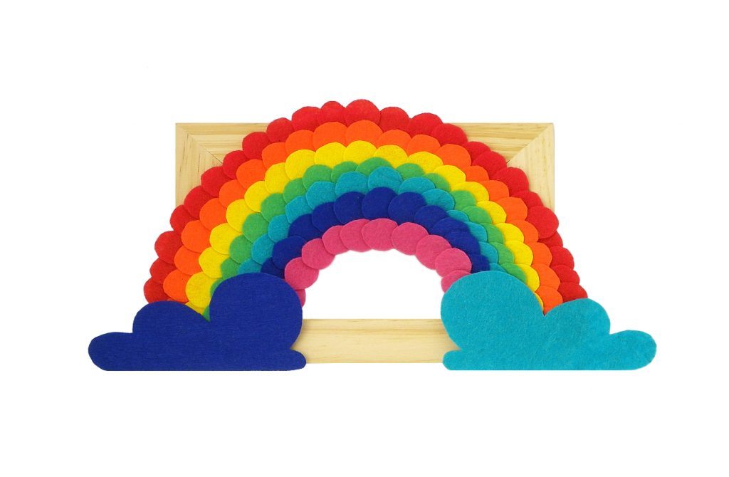 cuadro decorativo de un arcoiris hecho con fieltro de colores y un marco de madera
