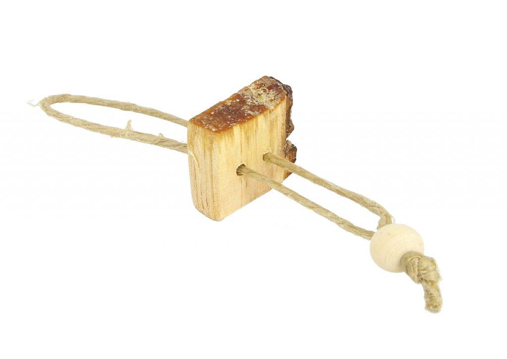 llavero de madera cortada en cuadrado y cuerda