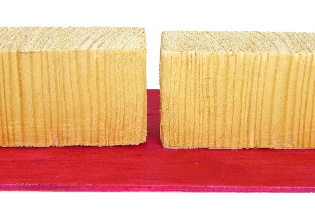 piezas de madera pegadas en tabla contrachapada para hacer portallaves