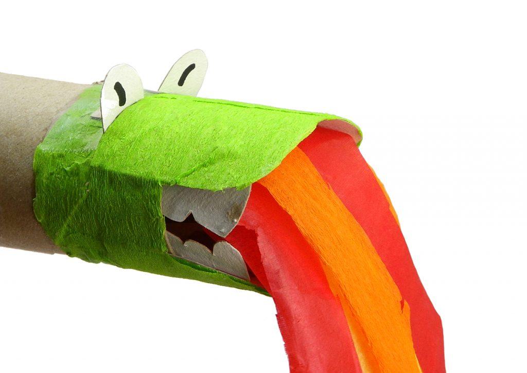 cabeza de dragon con llamas hecha con rollo de carton y papel de colores
