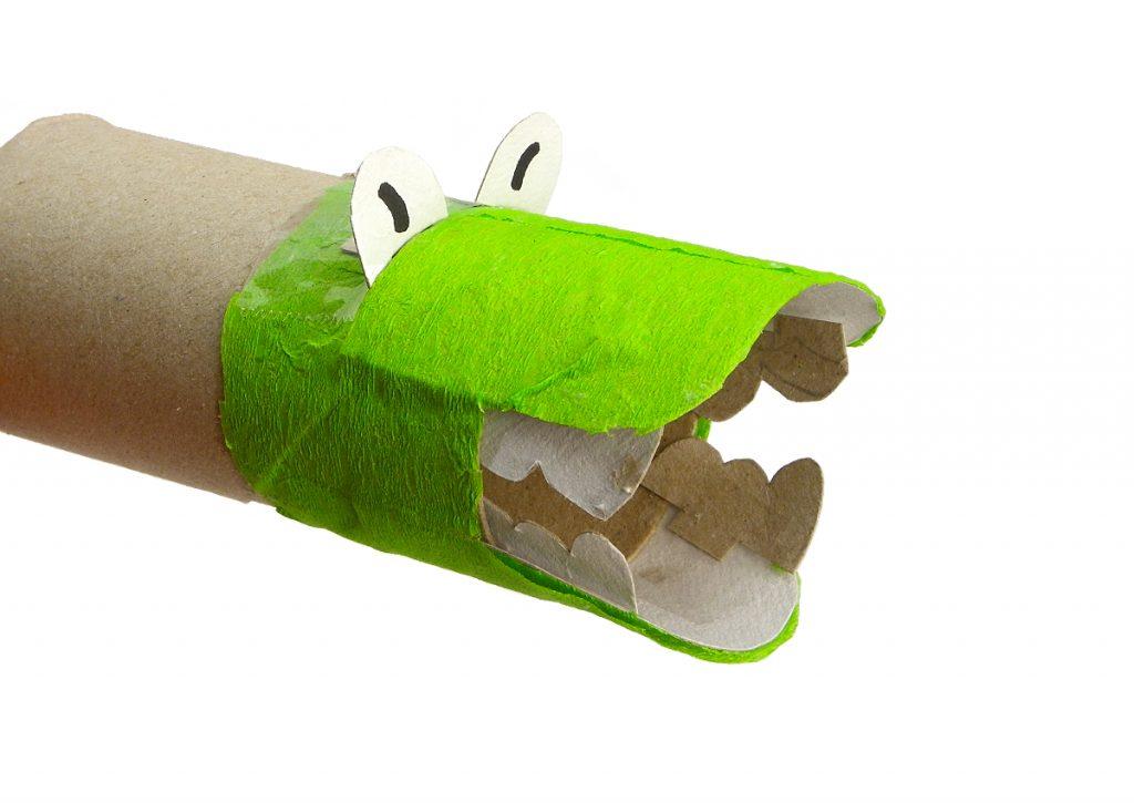 cabeza de dragon hecha con un rollo de carton de papel higienico y papel de colores