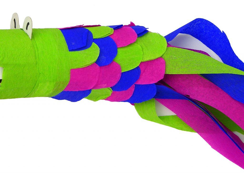 cola y cuerpo de escamas del dragon de juguete hechas con papel de colores