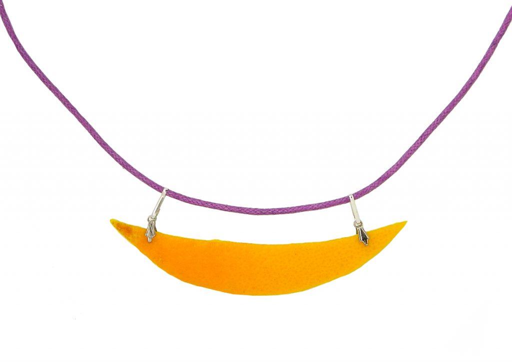collar hecho con cascara de naranja y accesorios de bisuteria
