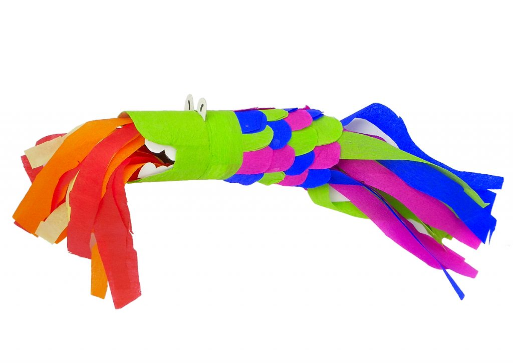 dragon de juguete hecho con rollos de carton de papel higienico y papel de colores