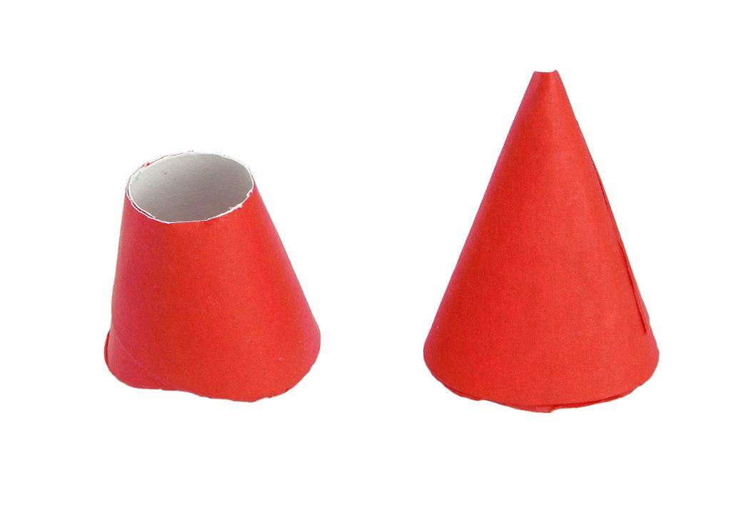 conos de cartulina cubiertos con papel de seda rojo para hacer partes del cohete de tintin