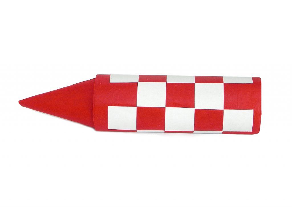 parte central y punta del cohete de tintin hecho con rollos de carton y papel