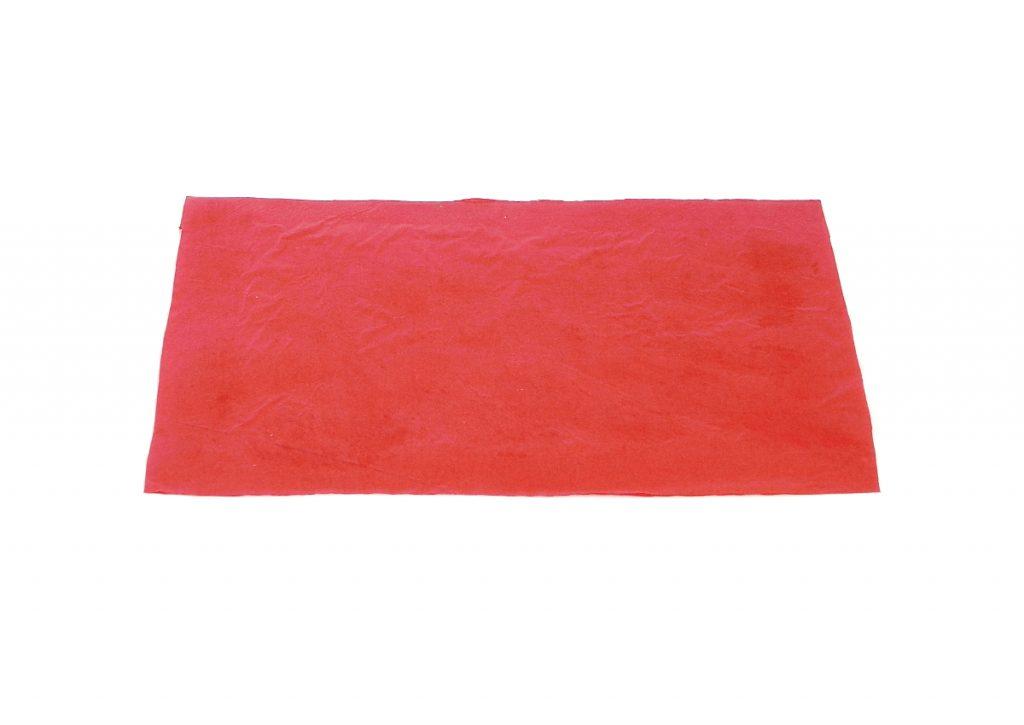 trozo cuadrado de blanco con papel de seda rojo pegado