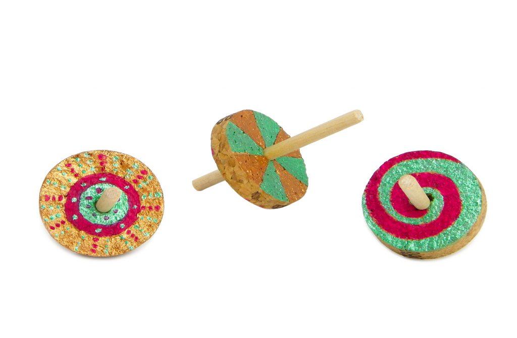 peonzas o trompos decoradas con pinturas y hechas con rodajas de tapones de corcho