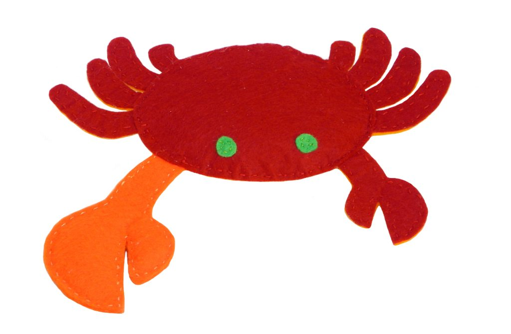 muñeco de peluche de un cangrejo violinista hecho con fieltro de colores