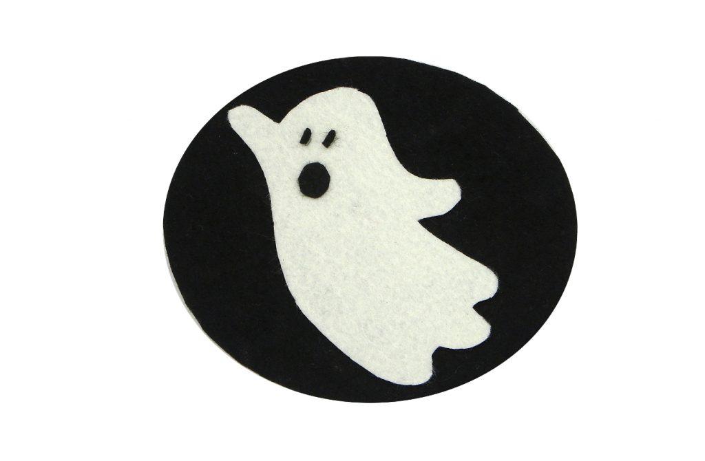 adorno de halloween de un fantasma hecho con fieltro de colores