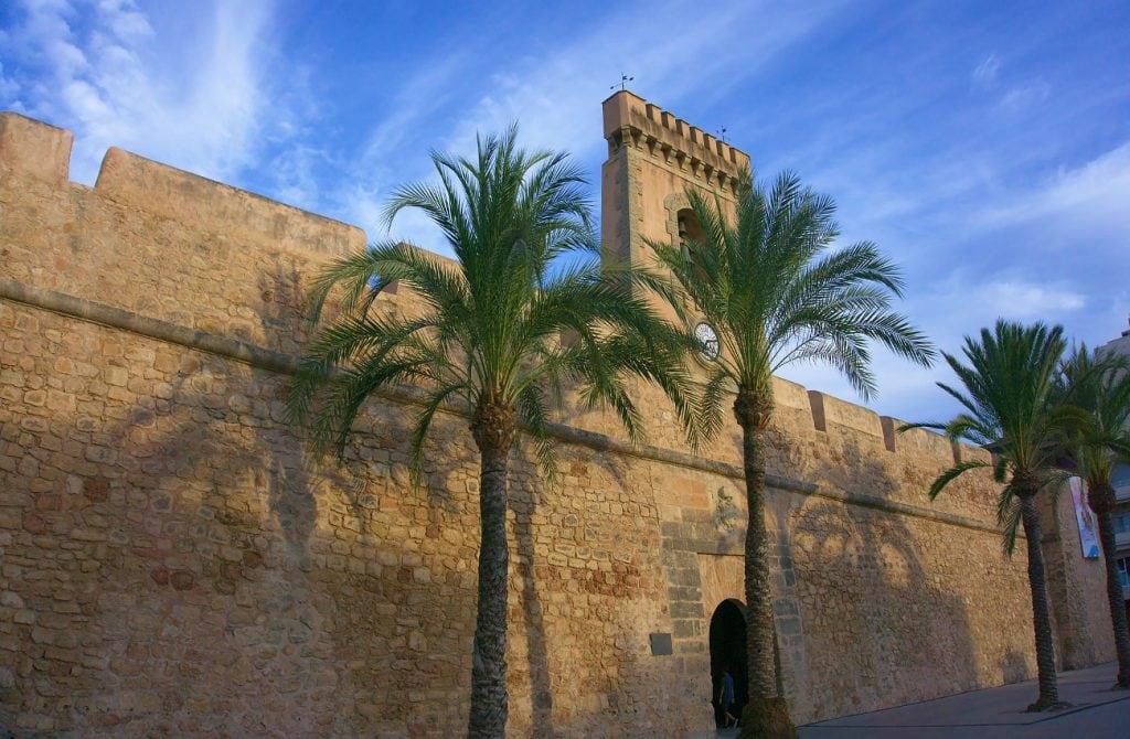 fachada principal de la muralla del castillo fortaleza de santa pola