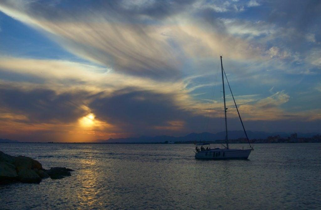 puesta de sol vista desde el puerto en un muelle santa pola