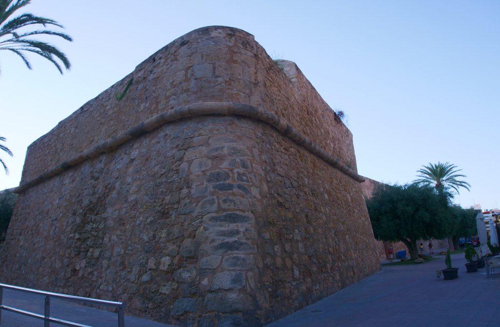 punta de flecha de la muralla del castillo fortaleza de santa pola