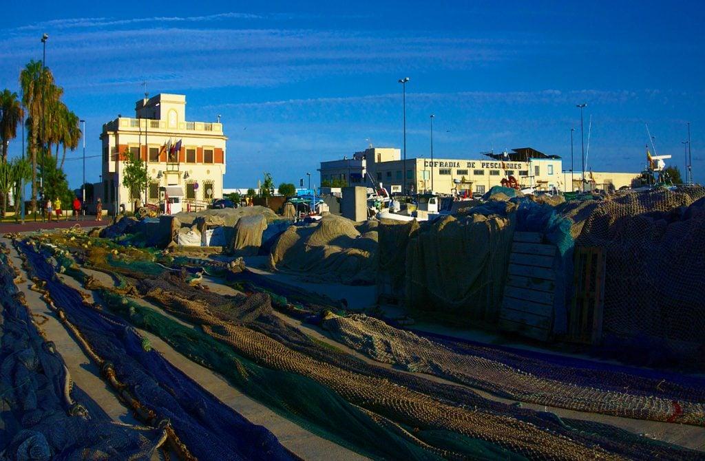 redes de pesca y cofradia de pescadores en el puerto de santa pola