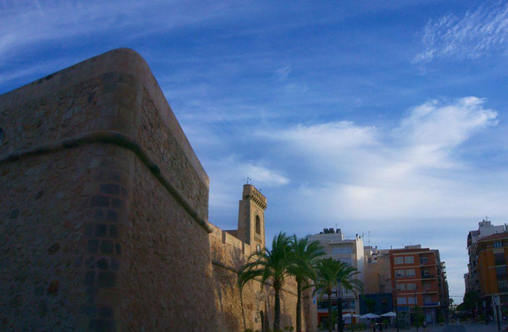 vista de la punta de flecha de la muralla del castillo fortaleza en santa pola