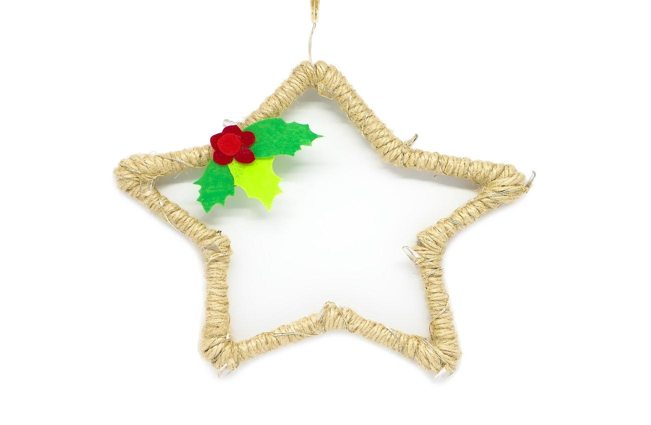 estrella luminosa de navidad hecha con cuerda de yute fieltro de colores y luces led