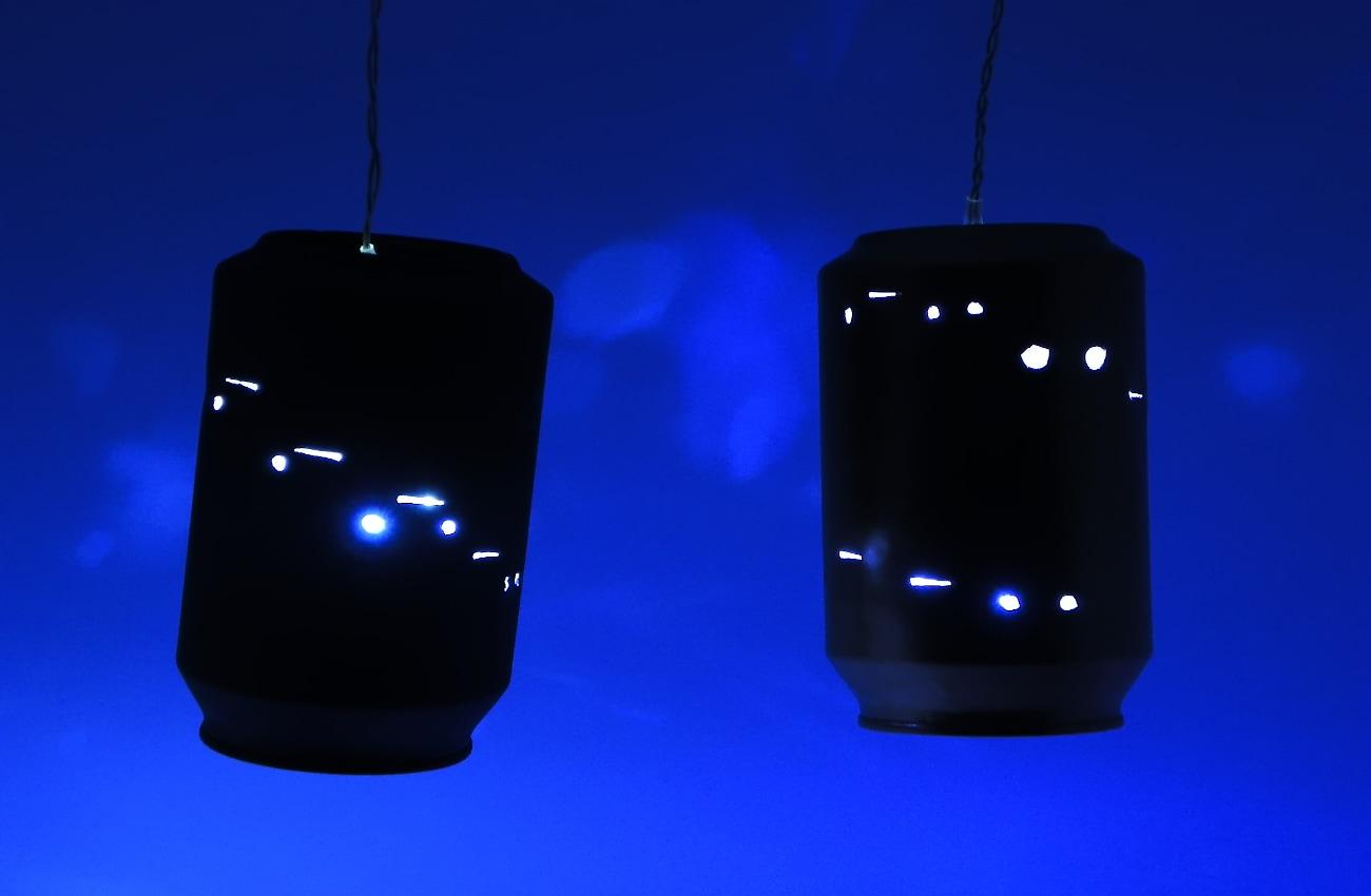adornos luminosos hechos con latas de refresco y guirnaldas de luces led