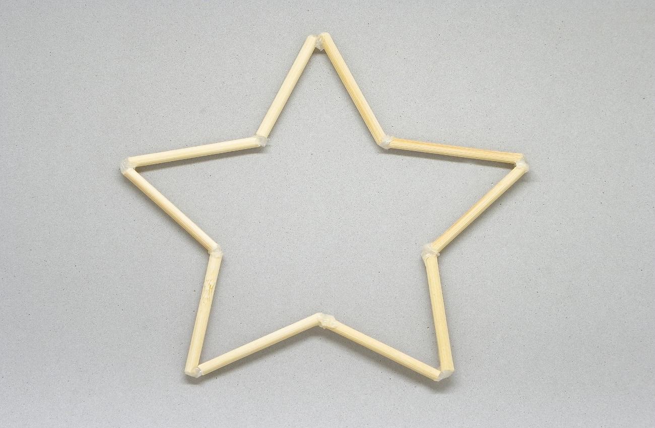 estructura de la estrella hecha con palos y pegada con silicona caliente