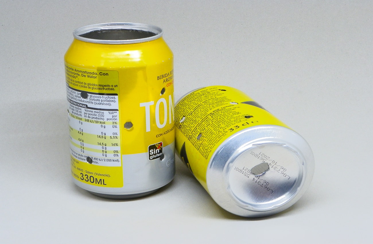 latas de refresco con agujeros para hacer adornos luminosos