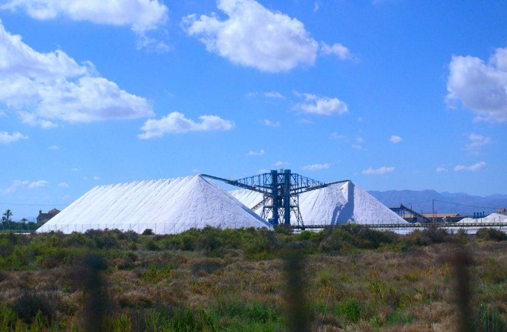 montañas de sal de la fabrica salinera de santa pola