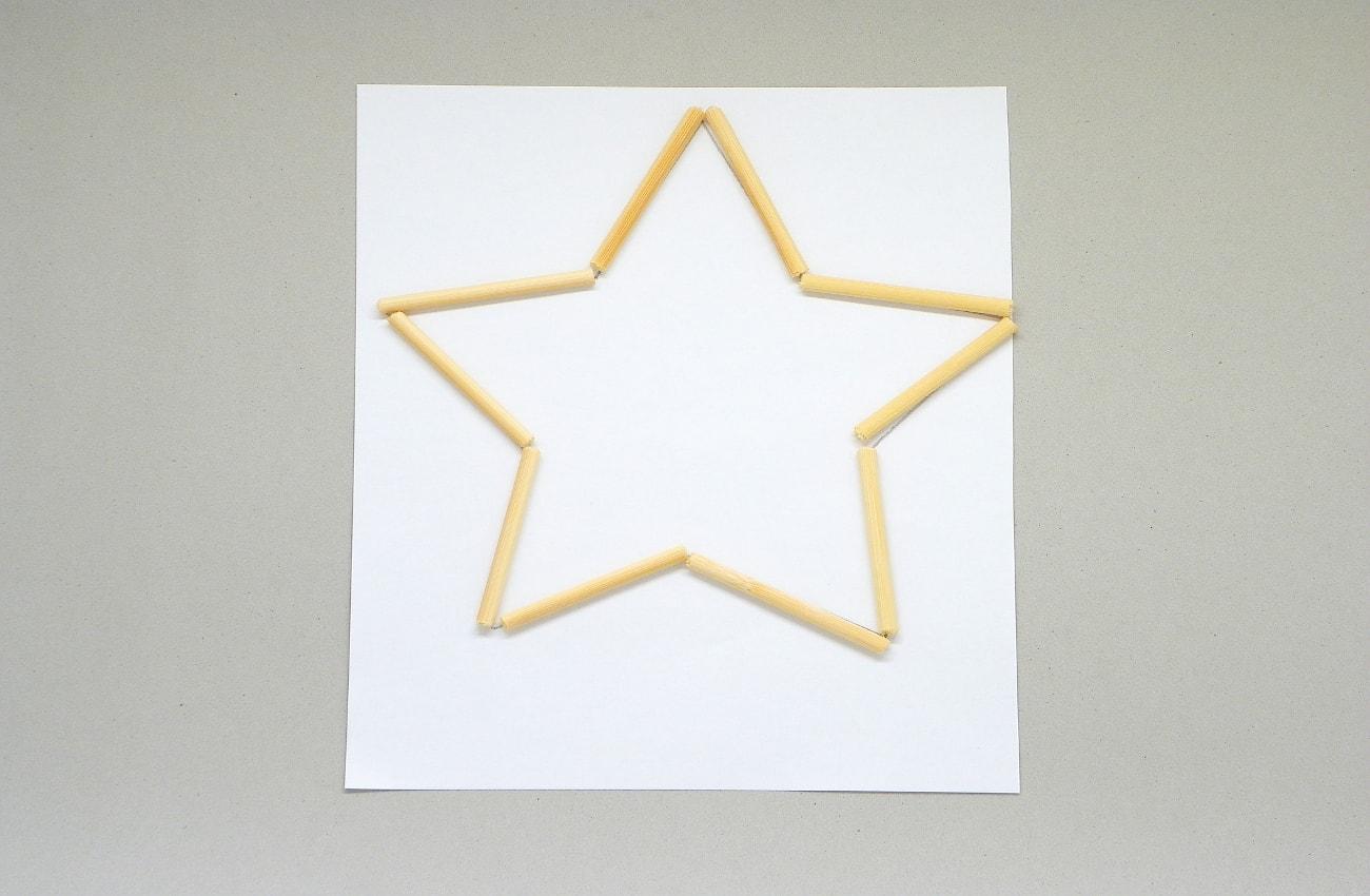 palos finos y redondos cortados para hacer estructura de la estrella luminosa