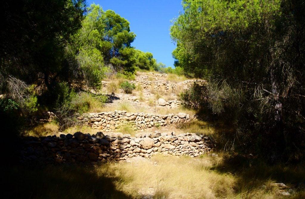 bancada de piedras formando terraza en el barranco de paco mañaco santa pola