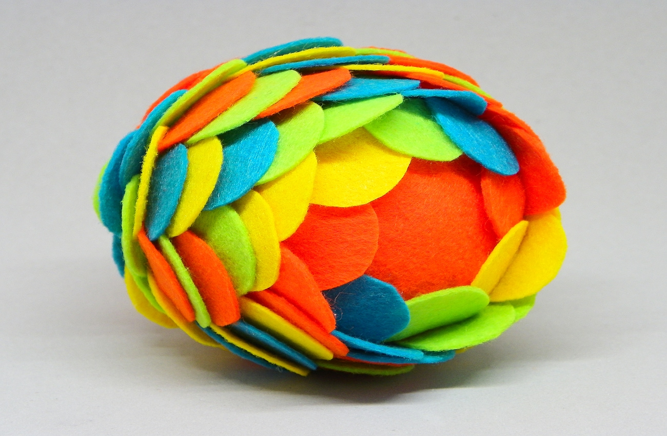 bola de navidad de cuatro colores hecha con escamas de fieltro