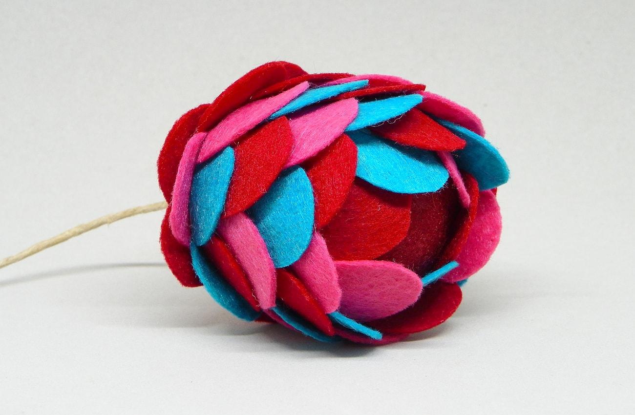 bola de navidad de tres colores hecha con escamas de fieltro