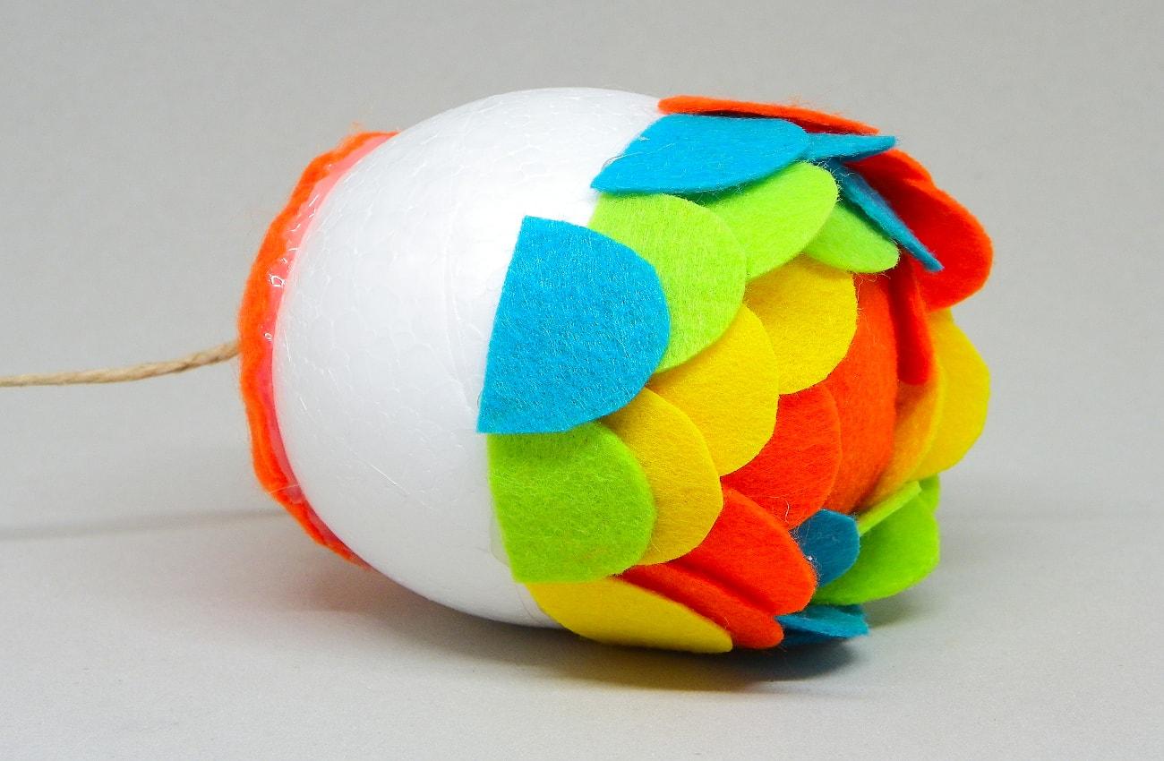 bola de poliestireno con escamas de colores de fieltro