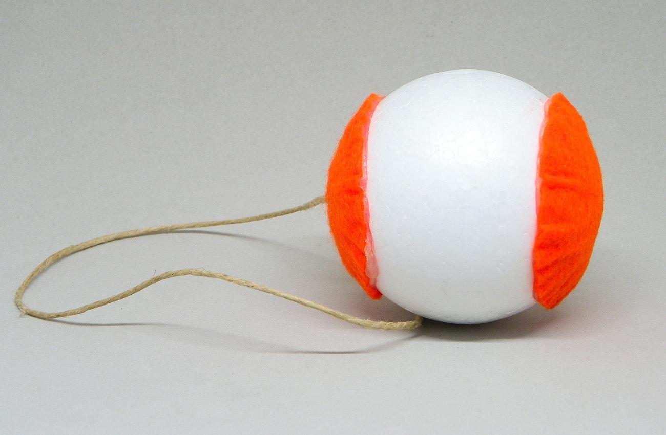 bola de poliestireno con fieltro y cuerda para colgar